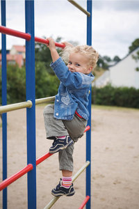 Klettergerät - Kind an einem Klettergerät