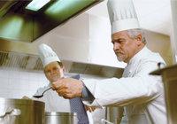 Koch - Köche beim Kosten einer Speise
