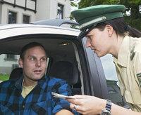 Kontrolle - Kontrolle eines Autofahrers durch eine Polizistin