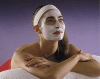 Kosmetik - Frau bei der Kosmetik