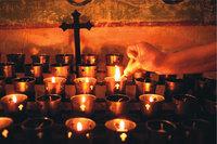 Kreuz - Altar mit Kreuz und Kerzen