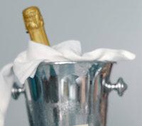 Kübel - Eine Flasche Sekt in einem Kübel