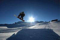 Kunststück - Snowboardfahrer beim Durchführen eines Kunststücks