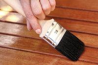 Lack - Auftragen von Lack auf Holz mit einem Pinsel