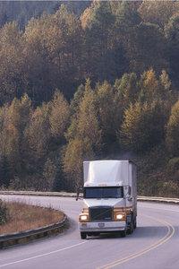 Lastwagen - Fahrender Lastwagen auf einer Straße
