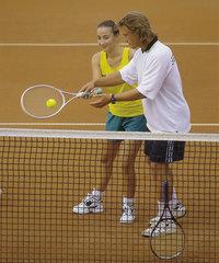 Lehrer - Lehrer und Schülerin beim Tennis