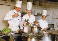 Lehrling - Lehrling (rechts) in einer Küche
