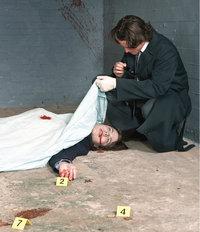 Leiche - Mit einem Tuch bedeckte Leiche am Tatort