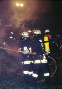 Löscharbeit - Feuerwehrleute bei Löscharbeiten