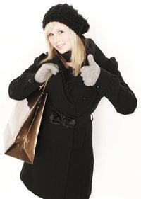 Mantel - Frau mit schwarzem Mantel, Mütze und Tasche