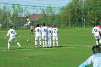 Mauer - Aus Spielern gebildete Mauer in einem Fußballspiel