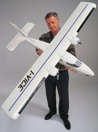 Modellflugzeug - Mann mit Modellflugzeug