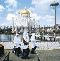 Moschee - Moschee mit islamischen Schülerinnen im Vordergrund