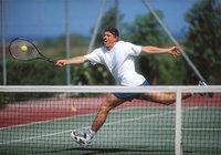 Netz - Tennisspieler hinter dem Netz