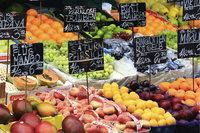 Obsthandel - Zum Kauf angebotenes Obst an einem Obststand