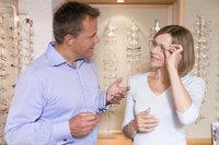 Optiker - Optiker und Kundin
