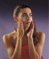 Pflege - Frau bei der Pflege ihrer Haut
