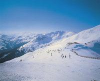Piste - Skiabfahrtsläufer auf einer Piste