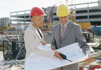Plan - Personen mit einem Plan auf einer Baustelle