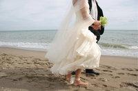 Prachtkleid - Frau im Hochzeitskleid mit Bräutigam