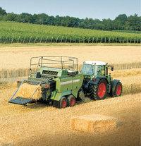 Presse - Traktor mit Presse und Strohballen