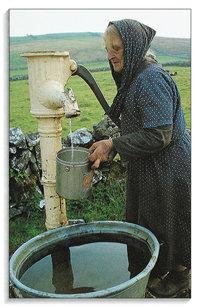 Pumpe - Frau an einer Wasserpumpe
