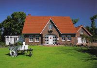 Rasen - Haus mit großem Rasen vor dem Eingang