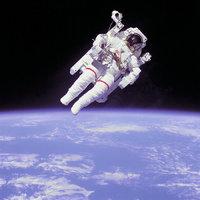 Raum - Spaziergang eines Astronauten im Raum