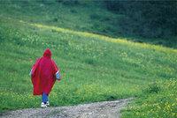 Regencape - Person mit rotem Regencape
