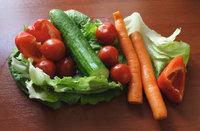 Rohgemüse - Tomaten, Paprika, Möhren, Gurke und Kopfsalat als Rohgemüse