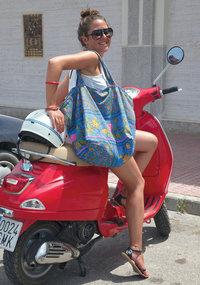 Roller - Frau auf einem Roller