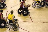 Rollstuhlsport - Rollstuhlfahrer in einem Basketballspiel