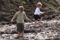 Schlamm - Kinder im Schlamm