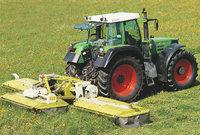 Schnitt - Traktor beim Schnitt eines Feldes