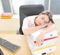 Seite - Schlafende Frau mit zur Seite gefallenem Kopf