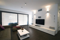 Sideboard - Zimmer mit Sideboard an der Wand