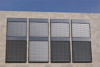 Sonnenblende - Sonnenblenden an einem Gebäude