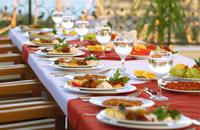 Speise - Vorbereitete Speisen auf einem Tisch