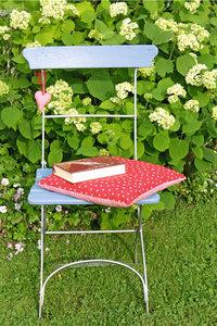 Stuhlkissen - Stuhl mit Stuhlkissen und Buch