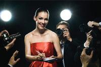 Superstar - Frau in Manier eines Superstars beim Autogramme schreiben
