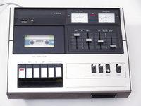 Taste - Mehrere Tasten an einem Kassettenrekorder (links unten)
