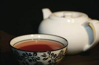 Teeschale - Teeschale und Teekanne im Hintergrund