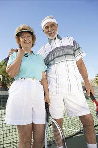 Tennishose - Ein Mann und eine Frau in Tennishosen