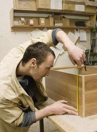 Tischlerei - Mann beim Tischlern