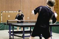 Tischtennisspiel - Zwei Jungen beim Tischtennisspiel