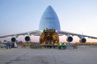 Transportflugzeug - Ein Transportflugzeug beim Beladen