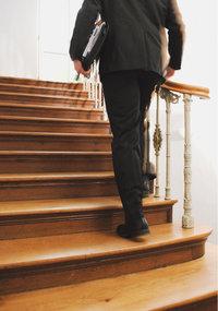 Treppensteigen - Mann beim Treppensteigen