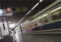 U-Bahn - Eine U-Bahn fährt durch einen Bahnhof
