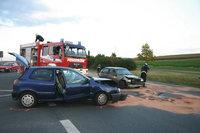 Unfallort - Unfallwagen und Feuerwehr an einem Unfallort