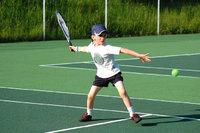 Vorhandschlag - Junge beim Tennis, der einen Vorhandschlag ausführt